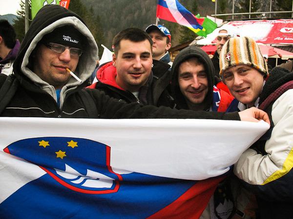 Kibice słoweńscy dumnie pokazują flagę swojego kraju.