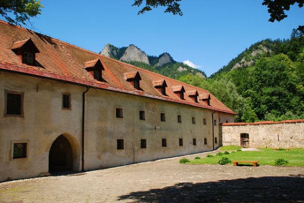 Nocleg w klasztorze wiąże się z niewielkimi lub nawet zerowymi kosztami