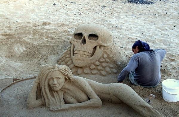 Niezwykłe rzeźby z piasku na plaży w Corralejo, Fuerteventura