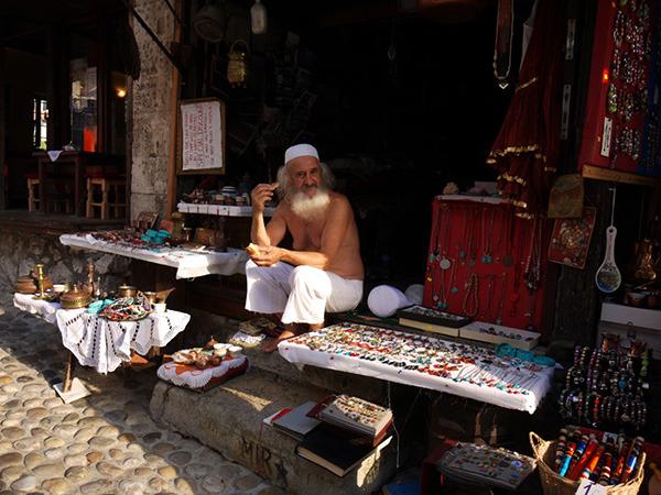 Sprzedawca pamiątek w Mostarze