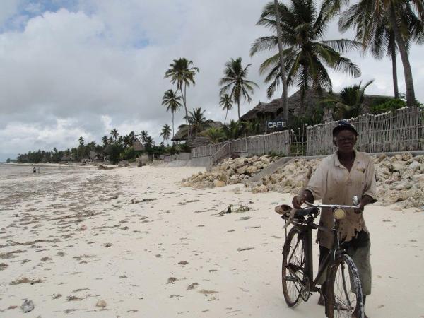 Szerokie, piaszczyste plaże i wody Oceanu Indyjskiego to główna atrakcja przyciągająca na wyspę turystów z całego świata