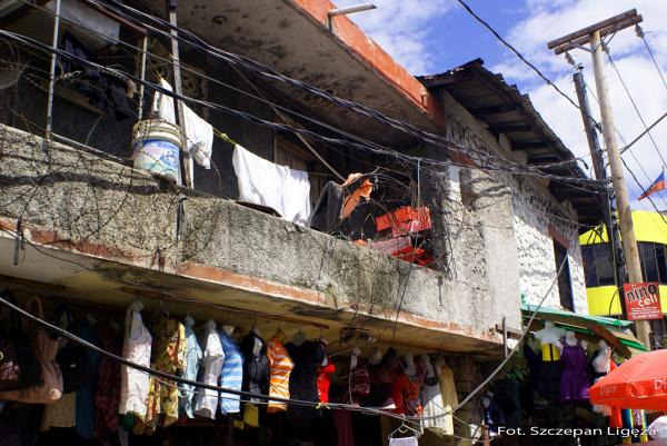 Podczas trzęsienia ziemi 250 000 domów i 30 000 budynków użytkowych zostało zniszczonych