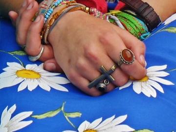 Dziewczyna o kwiecistych dłoniach (Paryż)