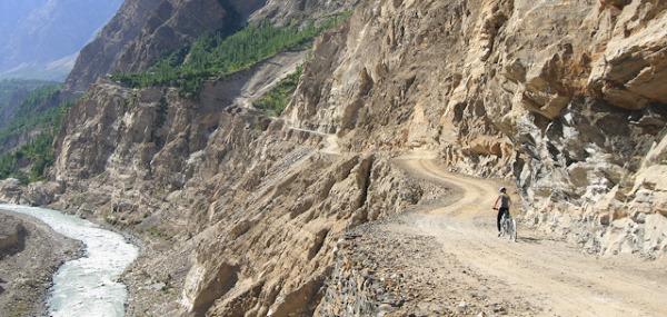 przepieknie kuta w skale Karakorum Highway