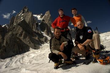 Od lewej stoją: Mikołaj Pudo, Jakub Gałka. Kucają od lewej: Maciek Chmielecki, Piotr Picheta