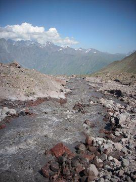 W tle szczyty Wysokiego Kaukazu