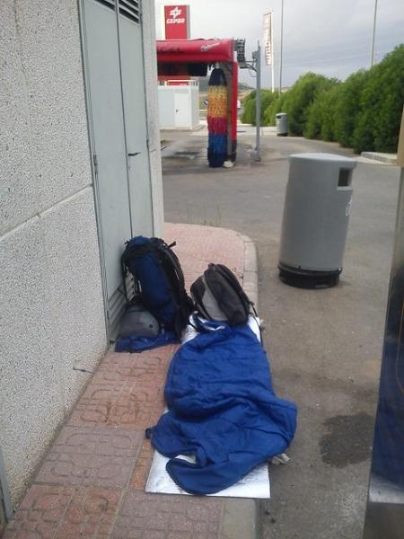 Wobec braku lepszego miejsca, czasami po prostu można spać, nawet samotnie, tuż obok budynku stacji.