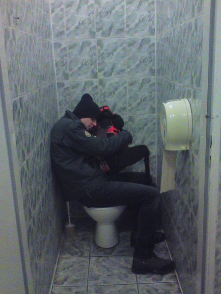 Drzemka w publicznej toalecie