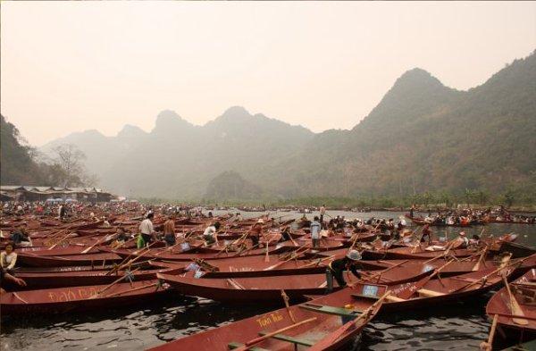 Tłok łódek przed Perfumowaną Pagodą w trakcie festiwalu.