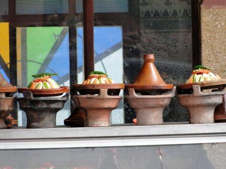 Tajine to charakterystyczne gliniane naczynie i potrawa gotowana w nim na wolnym ogniu.