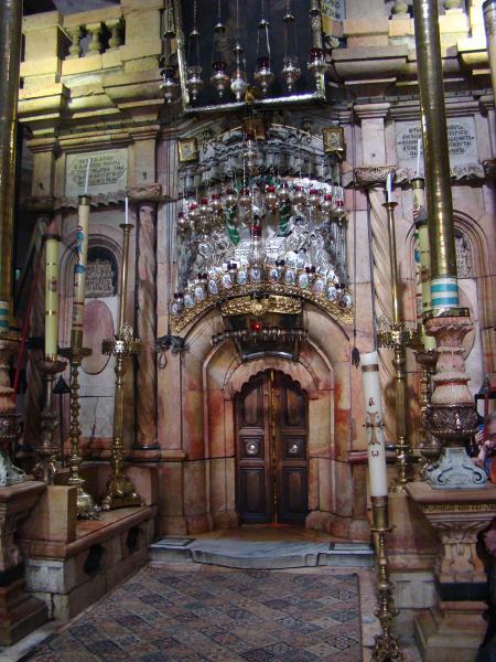 Boży Grób. Po wejściu do Kaplicy Bożego Grobu przez niewielkie drzwi wchodzi się najpierw do tzw. kaplicy Anioła z centralnie usytuowanym kwadratowym ołtarzem.