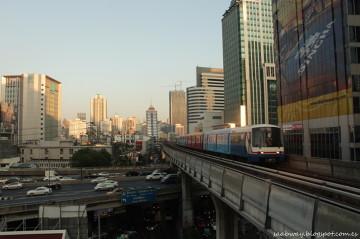 Nowoczesne oblicze Bangkoku i metro mknące kilkanaście metrów nad ziemią.