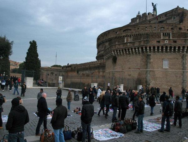 Biznes na ulicach Rzymu kwitnie, bo też nie brakuje turystów, którzy chętnie kupią to i owo.