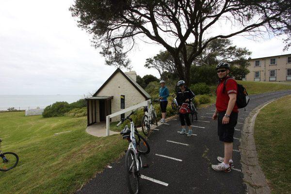 Jeśli Point Nepean, to tylko rowerem! Obok – jedno z wczesnych zabudowań stacji kwarantanny – tzw. Shepards Hut