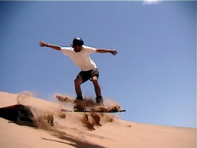 Ślizgiem przez pustynię, czyli sandboarding i sand skiing