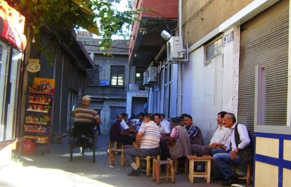 """Çayhane - turecka herbaciarnia, odpowiednik naszych """"mordowni"""" - tu też przesiadują wyłącznie mężczyźni, ale zamiast alkoholu wypijają hektolitry herbaty"""