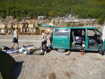 Cichym bohaterem naszej podróży był nasz zielony bus. Na zdjęciu biwak na granicy albańskiej.