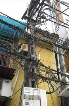 Plątanina kabli - zastawia mnie fakt czy gdy coś się popsuje szukają usterki czy po prostu kładą nowy kabel?