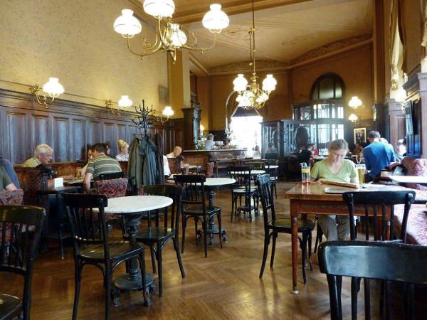 Kaffeehaus nie jest tylko miejscem do picia kawy. Ludzie przesiadują tam godzinami czytając gazety, książki, pisząc bądź zwyczajnie obserwując innych