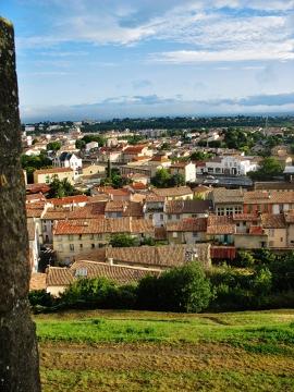 Poranek w Carcassonne. Godzinę wcześniej nad miastem unosiła się mgła, a chodniki wąskich ulic pokrywał deszcz. Sklepikarze otwierali swoje małe kramiki z pocztówkami, a ja przechadzałem się wąskimi ulicami.