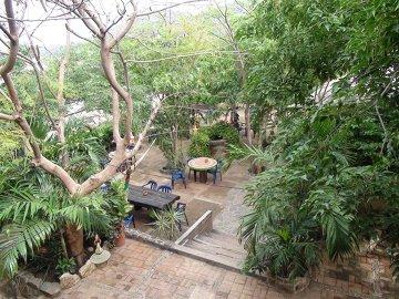 Widok na podwórko w hostelu w Tagandze.