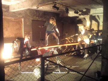 Hipsterski performance w opuszczonej fabryce