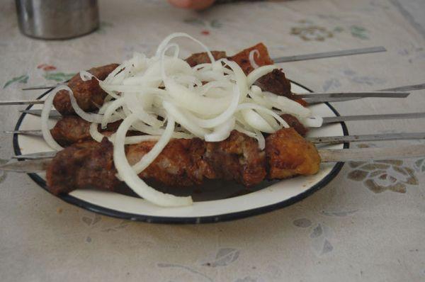 Szaszłyk w jednej z lokalnych, niewielkich jadłodajni w Bucharze