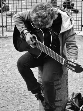 Uliczny gitarzysta (Paryż- Centrum Pompidou)