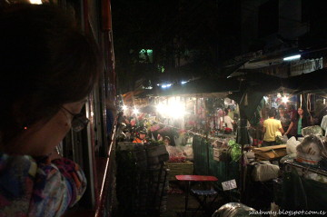 """Nocna podróż ulicami starego Bangkoku. """"Zabierz stragan, autobus jedzie!"""""""