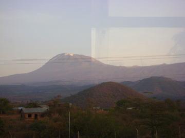 Kilimandżaro o świcie widziane z okna autokaru.
