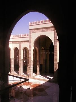 Al Fateh Grand Mosque. Jeden z większych meczetów na świecie,poza piątkiem kiedy to odbywają się najważniejsze modlitwy tygodniaśmiało można tam wejść i pozwiedzać, pamiętając oczywiścieo odpowiednim stroju.