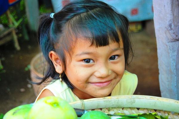 Flores - dziewczynka pomagająca mamie sprzedawać duriany - najbardziej śmierdzące owoce na świecie