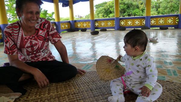 Bruno bawi się z Samoanką
