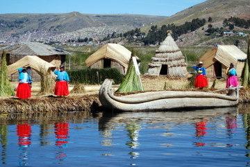 Surrealistyczny świat Indian żyjących na Jeziorze Titicaca