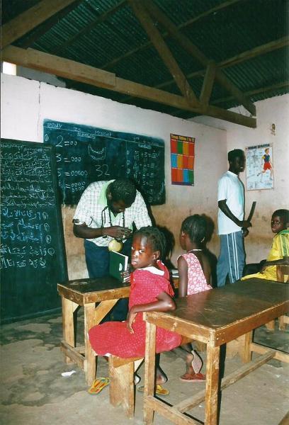 Szkoła podstawowa i młodzi Gambijczycy, którzy jak widać, garną się do wiedzy