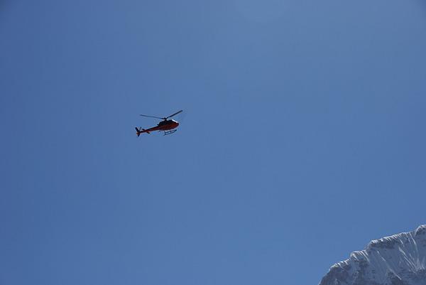 Śmigłowiec wracający z bazy pod Everestem