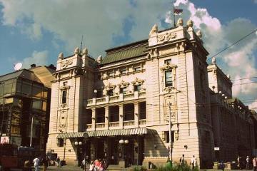 """Po chwili muzyki, czas powrócić do Belgradu. Tutaj urzęduje Dušan Kovačević (scenarzysta """"Undergroundu"""") jego sztuki teatralne można obejrzeć w większości tutejszych teatrów. Na zdjęciu Teatr Narodowy."""