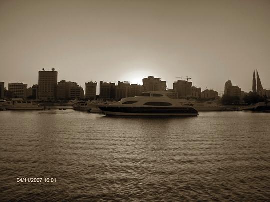 Bahrajn jak wiadomo jest wyspą także jedną z przyjemniejszych atrakcji są również rejsy jachtem wokół wyspy, można wtedy np. podziwiać stada delfinów.
