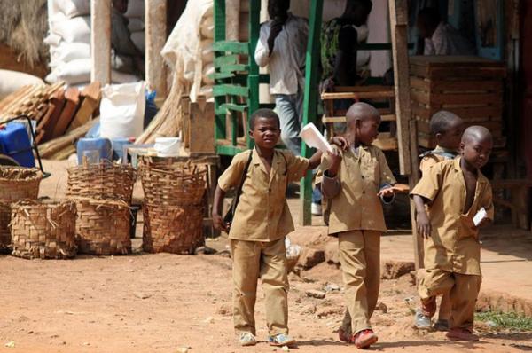 Dzieci dumnie kroczące ze szkoły do domu w mundurkach, będących wymysłem ichniejszego ministra edukacji.