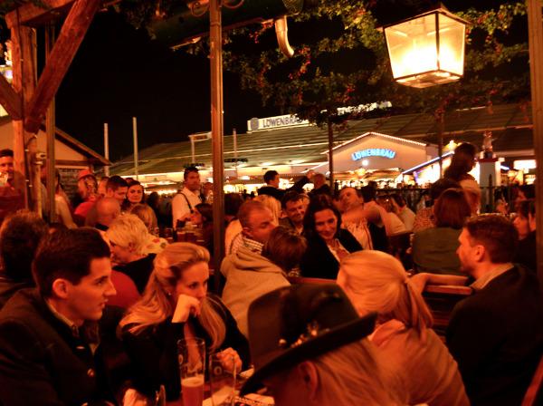Ludzie bawią się przy stołach w jednym z namiotów