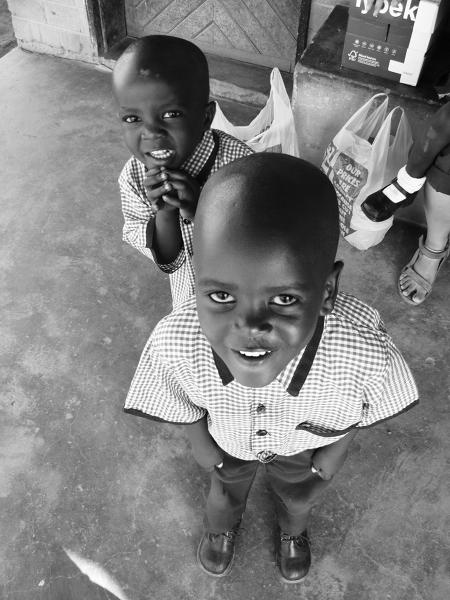 Przedszkolaki uwielbiają pozować do zdjęć. Z przodu pięcioletni Jakub, za nim urwis Maenza.