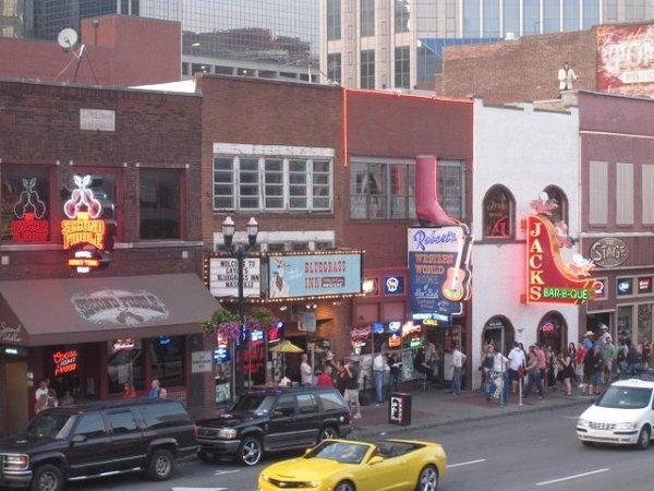 Szaleństwo przy country tylko w Nashville! Kapelusze, buty-kowbojki, muzyka na żywo w każdym barze - cała noc przed nami! Ups... tylko co robi Elvis na dachu?