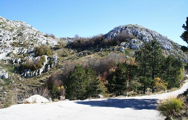 Droga wiodąca na szczyt Sveti Jure. Jesienne krajobrazy.