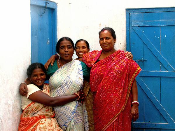 Hinduski, serdeczne i roześmiane,choć pewnie łatwo im nie jest