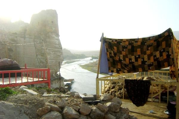 Pośród labiryntów skalnych izb w Hasankeyf nadal mieszkają ludzie