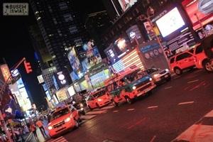 """Nocny przejazd Supertramp po Times Square w ramach projektu """"Legalo.pl America Trip 2012""""."""