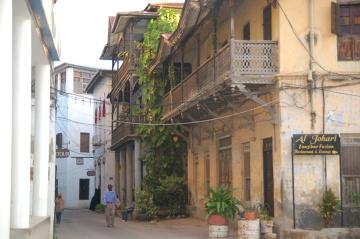 Zabytkowe kamienice z misternie zdobionymi drewnianymi balkonami to charakterystyczny element architektury Zanzibaru