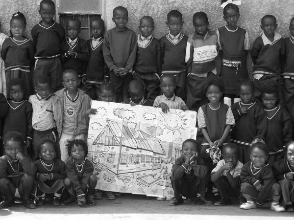 Zajęcia odbywają się w starych, sypiących się budynkach. Na zdjęciu grupa przedszkolaków z Mansa z przygotowanym podczas zajęć plastycznych rysunkiem przedszkola ich marzeń. Jak wiadomo marzenia czasem się spełniają. W 2009 roku niedaleko starych budynków stanęło nowe przedszkole z prawdziwego zdarzenia. Całkiem podobne do tego na obrazku.