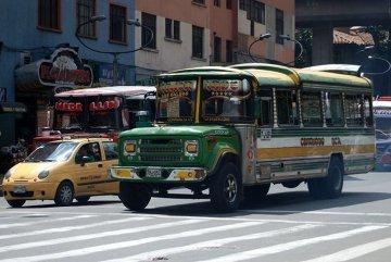 Wszędobylskie kolorowe szkolne autobusy miejskie