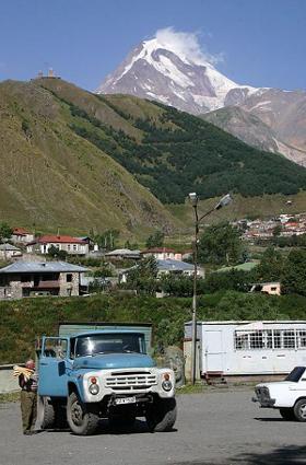Widok z gruzińskiej wioski Kazbegi, w tle Kazbek (5047 m n.p.m.)